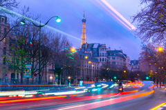 Arquitetura da cidade com a torre Eiffel cintilante e Fotografia de Stock
