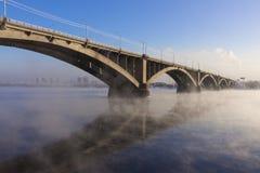 Arquitetura da cidade com uma ponte comunal na cidade de Krasnoyarsk fotografia de stock