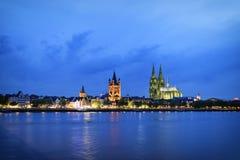Arquitetura da cidade da água de Colônia na noite fotografia de stock