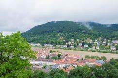 Arquitetura da cidade da cidade velha e do Neuenheim da cidade de Heidelberg no lado oposto do rio Fotografia de Stock