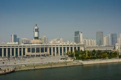 Arquitetura da cidade da estação de trem de Tianjin com fundo do céu azul Fotos de Stock Royalty Free