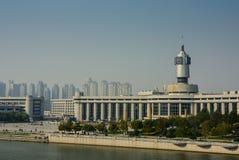 Arquitetura da cidade da estação de trem de Tianjin com fundo do céu azul Imagem de Stock