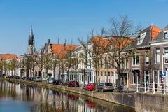 Arquitetura da cidade da louça de Delft com canal e as casas históricas, fotografia de stock