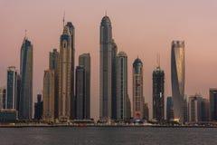 Arquitetura da cidade da noite da cidade de Dubai, UAE Fotos de Stock Royalty Free