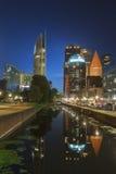 Arquitetura da cidade da noite de Haia Foto de Stock