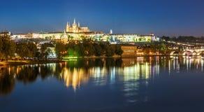 Arquitetura da cidade da noite de Praga com Saint Vitus Cathedral, checa com referência a Imagens de Stock