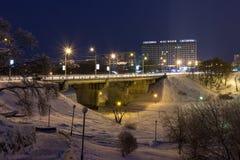 Arquitetura da cidade da noite no inverno, coberto toda com a neve Mogilev Belaru Foto de Stock Royalty Free