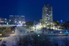 Arquitetura da cidade da noite no inverno, coberto toda com a neve Mogilev Belaru Fotos de Stock Royalty Free