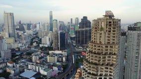 arquitetura da cidade da torre de 4K Banguecoque Ghost do zangão Tailândia que constrói a zona central do negócio Opinião de olho vídeos de arquivo