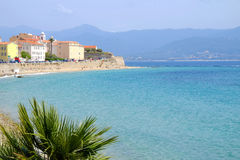 Arquitetura da cidade de Ajácio com o mar azul na ilha Córsega, França fotos de stock