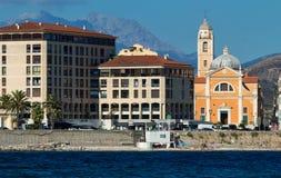 Arquitetura da cidade de Ajácio com o mar azul na ilha Córsega, França fotos de stock royalty free