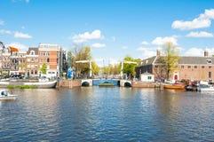 A arquitetura da cidade de Amsterdão, Magere famoso Brug igualmente conhecido como a ponte magro é visível na distância, os Paíse Foto de Stock Royalty Free