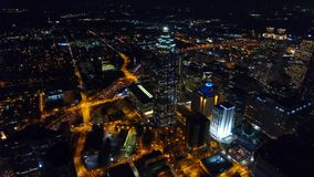Arquitetura da cidade de Atlanta, voo da noite do zang?o do olho do p?ssaro a?reo sobre a baixa C?mera que move-se para a frente  filme