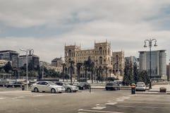Arquitetura da cidade de Baku com vista de estacionamento e casa do governo fotografia de stock