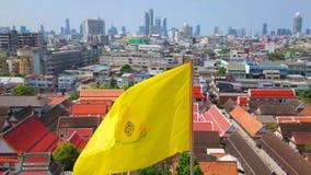 Arquitetura da cidade de Banguecoque com a bandeira real amarela, Tailândia