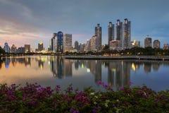 Arquitetura da cidade de Banguecoque com reflexão de luz fotografia de stock royalty free