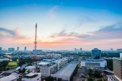 Arquitetura da cidade de Banguecoque com torre de comunicação Fotografia de Stock Royalty Free