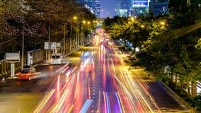 A arquitetura da cidade de Banguecoque da luz arrasta com cores borradas Imagem de Stock