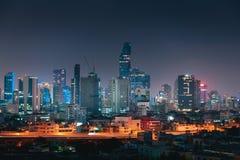 Arquitetura da cidade da cidade de Banguecoque, Tailândia, cena da noite fotos de stock royalty free