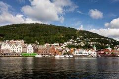 Arquitetura da cidade da cidade de Bergen em Noruega com iate luxuosos Fotografia de Stock Royalty Free