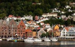 Arquitetura da cidade da cidade de Bergen em Noruega com muitos iate luxuosos Foto de Stock Royalty Free