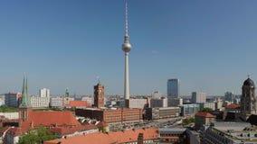 Arquitetura da cidade de Berlim com torre da televisão video estoque