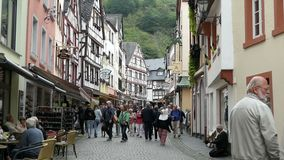 Arquitetura da cidade de Bernkastel-Kues no rio de Moselle e em seu fest popular anual do vinho vídeos de arquivo