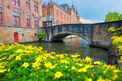 Arquitetura da cidade de Bruges, opinião tradicional das casas no canal imagem de stock