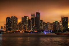 Arquitetura da cidade de Chicago na noite com o rolamento da névoa dentro foto de stock royalty free