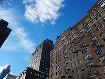 Arquitetura da cidade de construções altas e de céu em New York City fotografia de stock