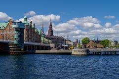 Arquitetura da cidade de Copenhaga do canal e casas na terraplenagem Fotos de Stock Royalty Free