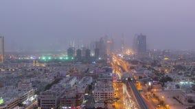 Arquitetura da cidade de Dubai durante o dia da tempestade de areia ao timelapse da noite video estoque
