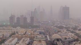 Arquitetura da cidade de Dubai durante o dia da tempestade de areia ao timelapse da noite vídeos de arquivo
