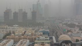 Arquitetura da cidade de Dubai durante o timelapse da tempestade de areia vídeos de arquivo
