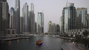 Arquitetura da cidade de Dubai na noite, Emiratos Árabes Unidos filme