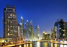 Arquitetura da cidade de Dubai na noite, Emiratos Árabes Unidos Foto de Stock Royalty Free