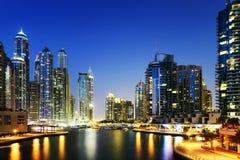 Arquitetura da cidade de Dubai na noite, Emiratos Árabes Unidos Imagens de Stock Royalty Free