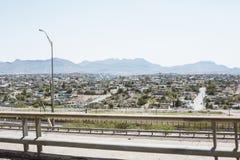 Arquitetura da cidade de El Paso com as montanhas no fundo Fotos de Stock Royalty Free