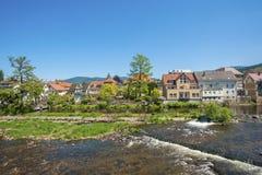 Arquitetura da cidade de Gernsbach com o rio de Murg Fotografia de Stock