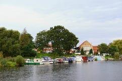 Arquitetura da cidade de Gruetz com seus porto e barcos do porto Fotos de Stock Royalty Free