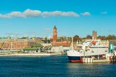Arquitetura da cidade de Helsingborg Uma balsa que vá entre a Suécia e a Dinamarca está a ponto de sair do porto imagem de stock