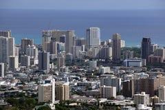 Arquitetura da cidade de Honolulu, estradas, construções, arranha-céus, guindastes, parques Imagem de Stock Royalty Free
