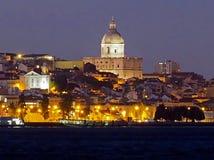 Arquitetura da cidade de Lisboa na noite com rio de Tejo e o panteão fotografia de stock