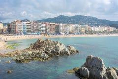 Arquitetura da cidade de Lloret de Mar e praia, Costa Brava, Espanha foto de stock