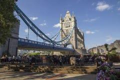 Arquitetura da cidade de Londres através do rio Tamisa com uma vista dos jantares à sombra da ponte da torre, imagens de stock royalty free