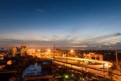 Arquitetura da cidade de luzes do carro e de céu do por do sol Imagem de Stock