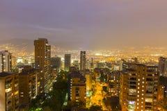 Arquitetura da cidade de Medellin na noite, Colômbia Fotografia de Stock