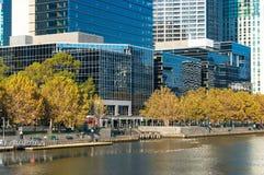 Arquitetura da cidade de Melbourne Southbank e rio de Yarra Foto de Stock