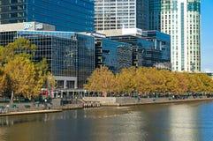 Arquitetura da cidade de Melbourne Southbank e rio de Yarra no dia do outono Imagens de Stock Royalty Free