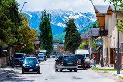 Arquitetura da cidade de Mestia com as montanhas no fundo Foto de Stock